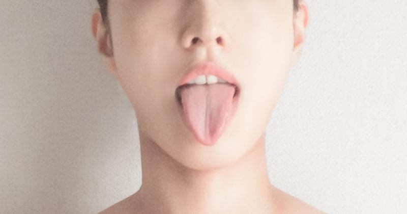 画像は首をそらしていませんが先に首をそらし、次に舌を出します